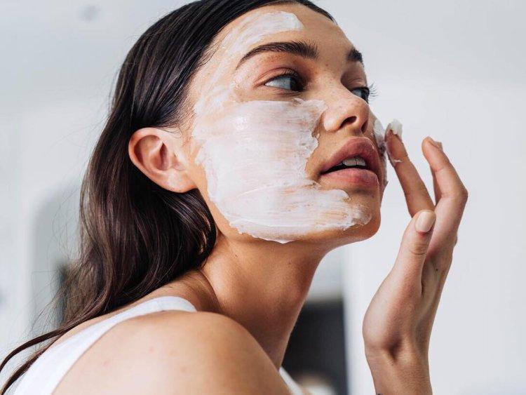 Exatamente como usar uma máscara para o rosto sem desperdiçar muito tempo